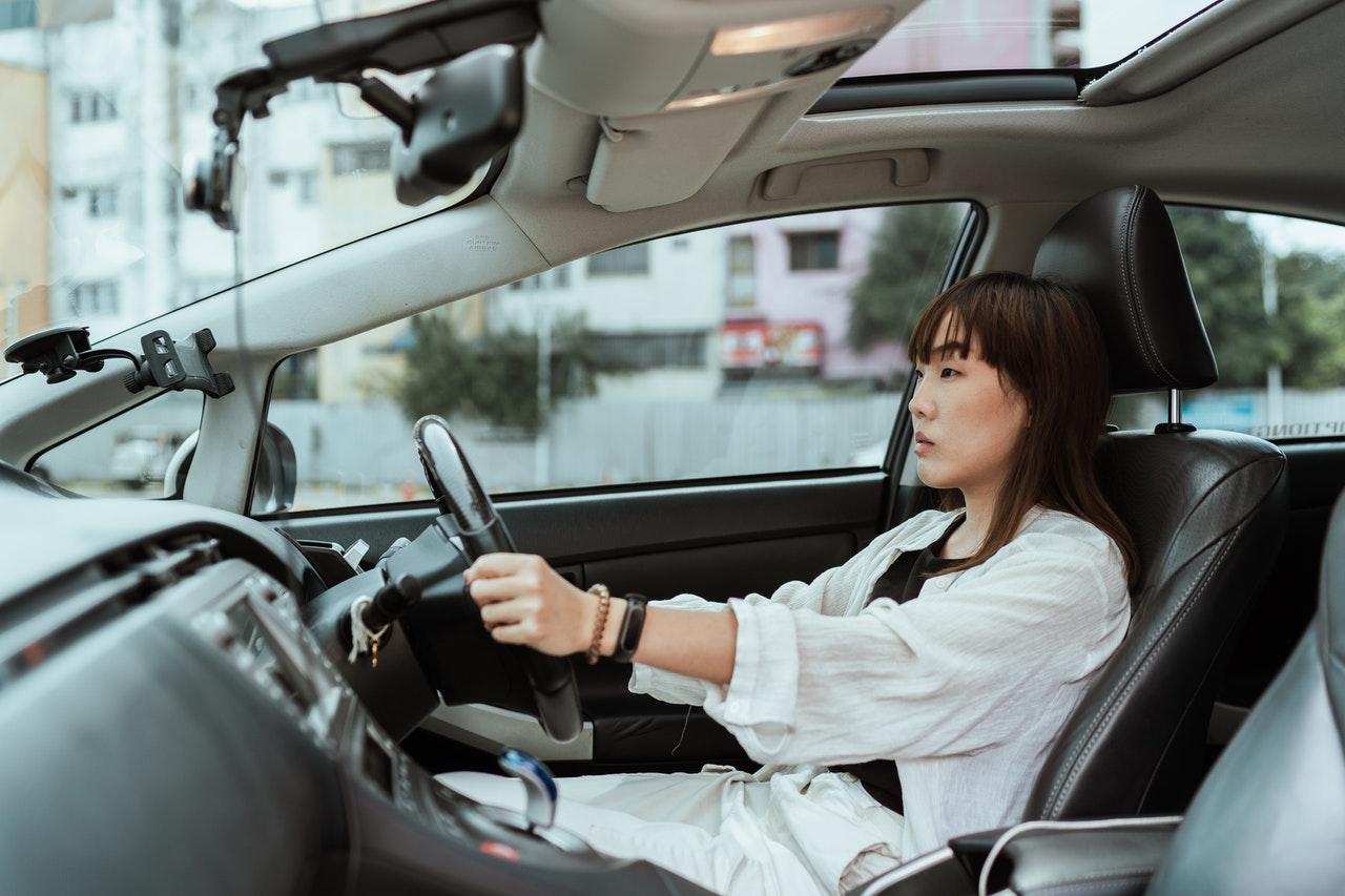 Czy hydroksyzyna odbiera zdolność do prowadzenia pojazdów