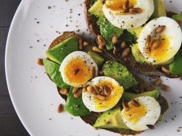 Dieta jajeczna – czym jest, co jeść i jakie są jej zasady?